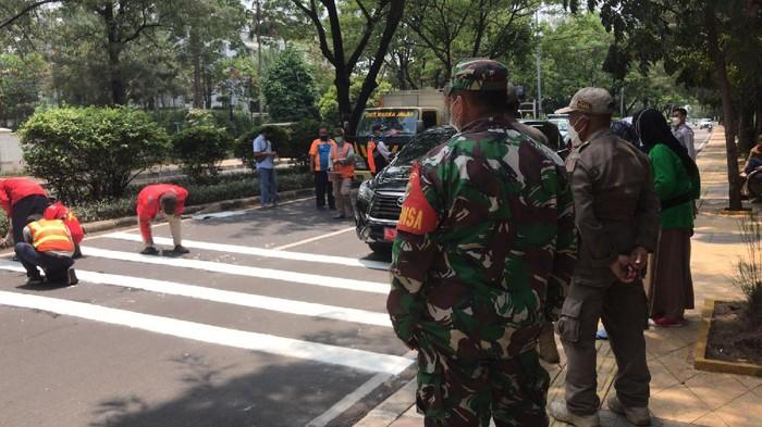 Petugas membangun ulang speed trap di Jl Pulomas Raya yang sempat diprotes pesepeda (Firda/detikcom)