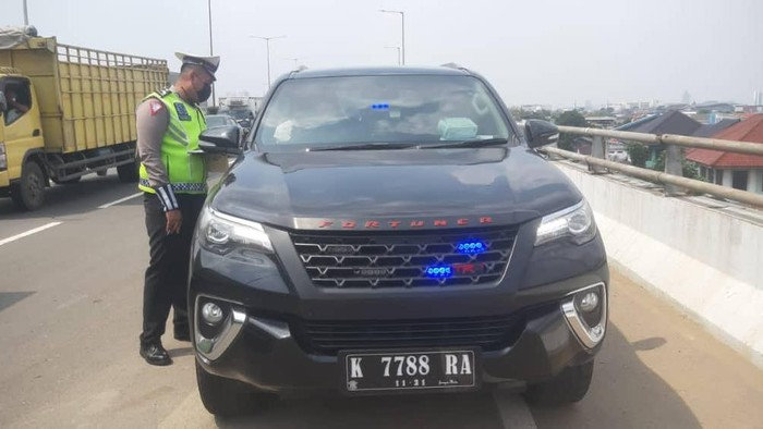 Polisi tilang mobil berotator di GT Jatinegara