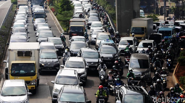 Kemacetan kembali menghiasi jalan ibukota pagi tadi. Salah satu ruas yang mengalami macet panjang adalah Jalan MT Haryono, Jakarta. Begini penampakannya.