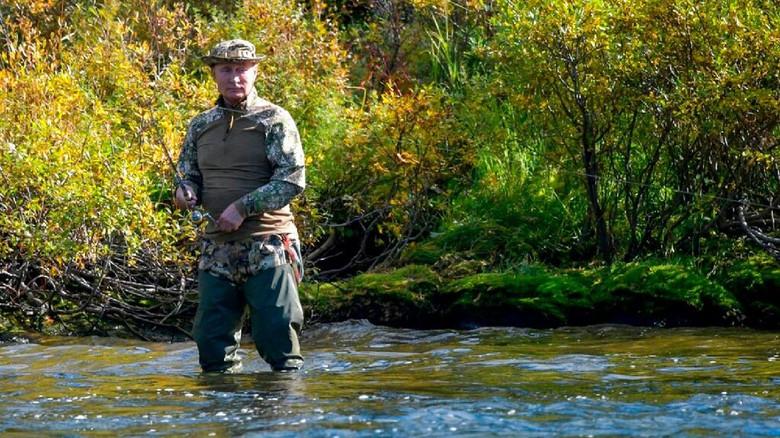 Presiden Putin menikmati liburan dengan memancing