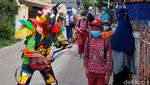 Robot Warna-warni di Lembang Bagi-bagi Alat Tulis dan Masker