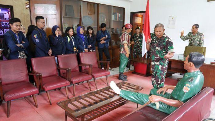 Rombongan mahasiswa mengunjungi ruang diorama patung Soeharto, Sarwo Edhie Wibowo dan AH Nasution di Museum Dharma Bakti, Makostrad, Jakpus. Tampak seorang prajurit TNI memandu rombongan.