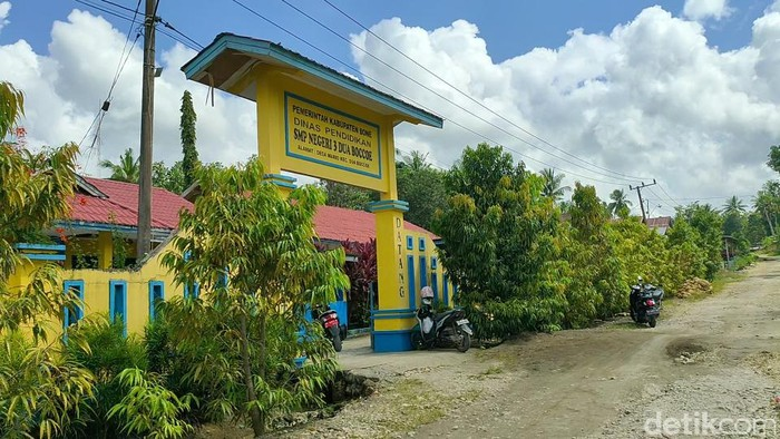 SMP tempat guru di Bone, Sulsel, Usman ceramah berjam-jam hingga siswa nyaris pingsan. (Zulkifli Natsir/detikcom)