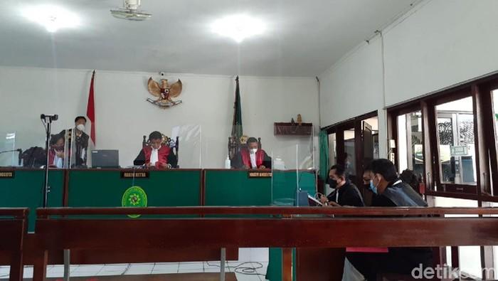 Suasana sidang takjil sianida di PN Bantul, Senin (27/9/2021). Pengacara terdakwa Nani Aprilliani menyatakan menolak dakwaan pembunuhan berencana dalam agenda pembacaan eksepsi ini.