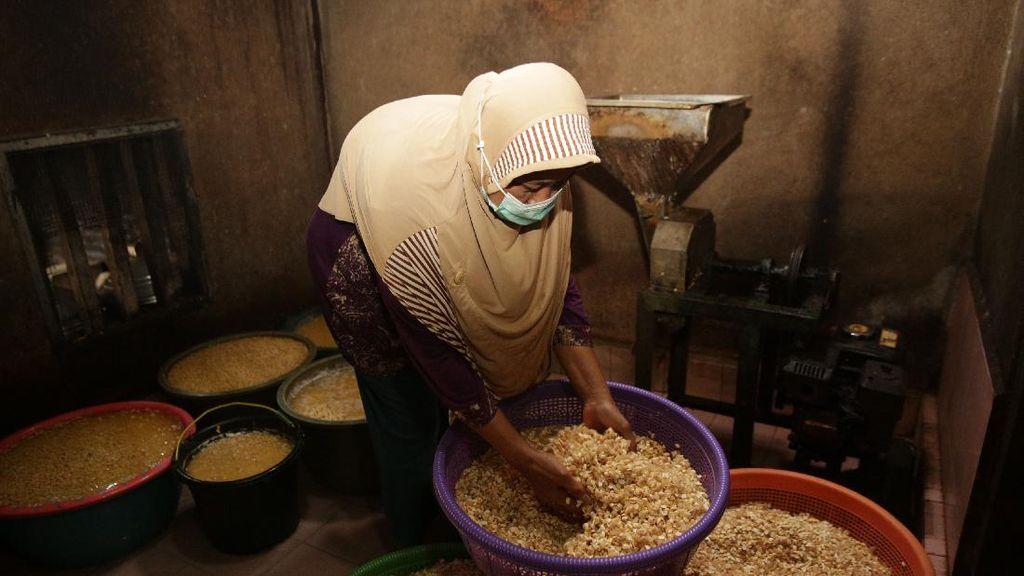 Cerita Bu Subur, Bangun Usaha Tempe Sampai Bisa Kuliahkan 3 Putrinya