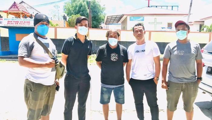 Tersangka Anton (tengah) saat dijemput anggota Polres Kupang Kota (ANTARA/ho-Polres Kupang Kota)