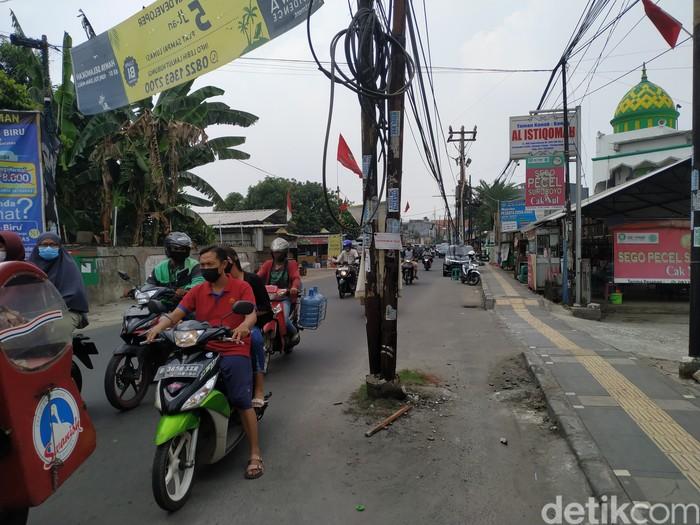 Tiang-tiang di badan jalan di Jl WR Supratman, Tangsel, 27 September 2021. (Athika Rahma/detikcom)