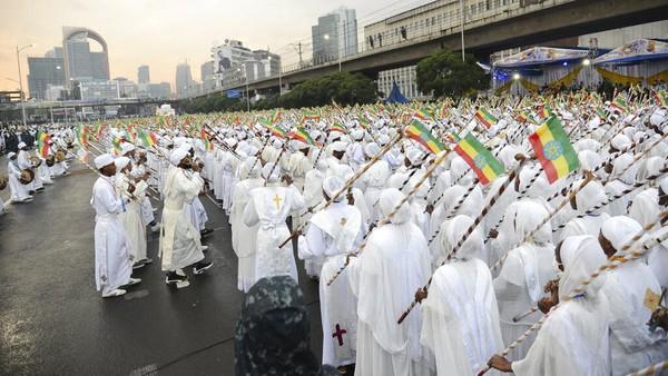 Para peserta Festival Maskel hadir dengan mengenakan pakaian serba putih.