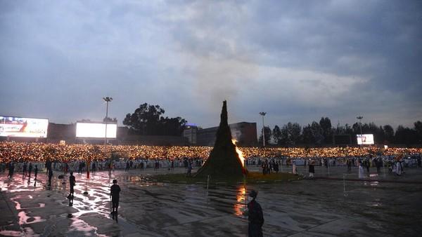 Api unggun dinyalakan di tengah-tengah umat Kristen yang berdiri dengan posisi melingkar di Maskel Square, Addis Ababa.