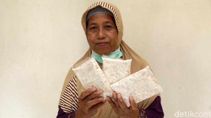 Tempe menjadi sumber kehidupan bagi Subur, warga Kecamatan Gunung Sugih, Lampung Tengah beserta keluarga. Sudah berpuluh tahun, Subur menjalankan usaha produksi tempe.