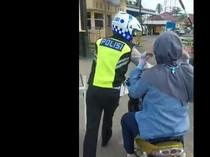 Nasib Emak-emak yang Tetap Nangkring saat Motornya Digiring Polisi dan Ditilang