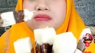 Wanita Ini Bikin Es Krim Gabus Pakai Nasi Putih