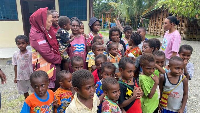 Yenny Wahid mengunjungi anak Papua di sela-sela kegiatan PON XX Papua