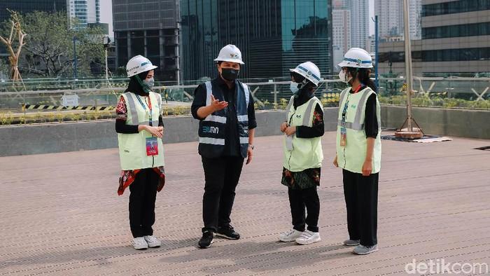 Menteri BUMN Erick Thohir mengecek proyek renovasi gedung Sarinah di Thamrin, Jakarta Pusat. Dia mengajak enam perempuan terpilih dalam program Girls Take Over.