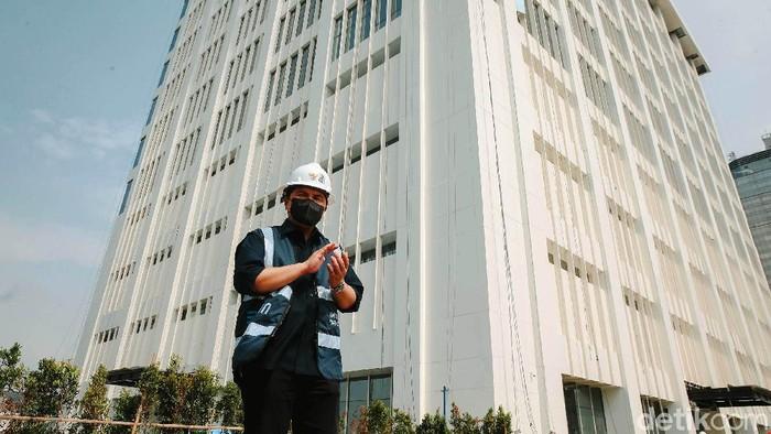 Menteri BUMN Erick Thohir mengecek proyek renovasi gedung Sarinah di Thamrin, Jakarta Pusat. Dia mengajak enam perempuan terpilih dalam program 'Girls Take Over'.