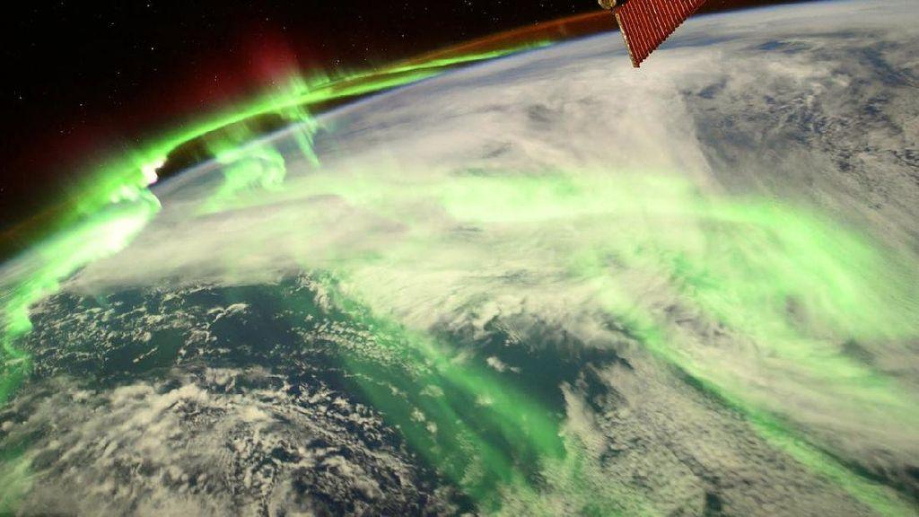 Momen Spektakuler Saat Aurora Selimuti Bumi