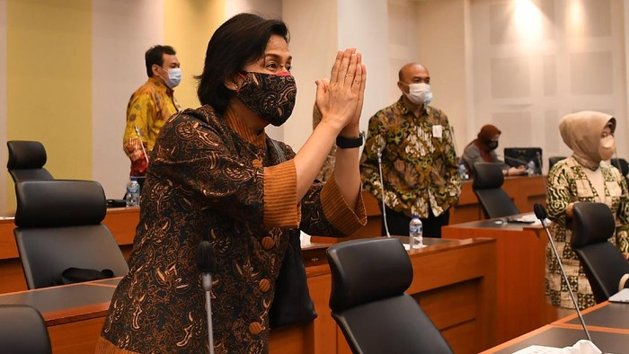 Menteri Keuangan Sri Mulyani (tengah) bersama Ketua Banggar DPR MH Said Abdullah (kedua kanan) beserta para Wakil Ketua Muhidin Mohamad Said (kedua kiri) dan Edhie Baskoro Yudoyono (kanan)dan anggota Eko Hendro Purnomo melambaikan tangan saat penandatanganan persetujuan RUU APBN 2022 di Kompleks Parlemen, Senayan, Jakarta, Selasa (28/9/2020). Dalam rapat tersebut Badan Anggaran DPR menyetujui pembahasan RUU APBN 2022 untuk dilanjutkan ke pembicaraan tingkat II. ANTARA FOTO/Sigid Kurniawan/foc.