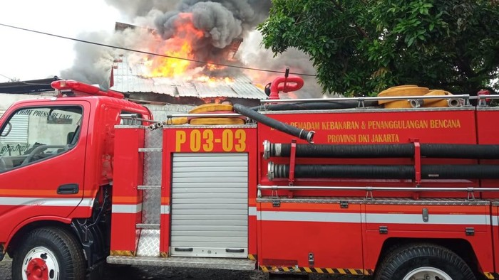 Bangunan gudang barang bekas dua lantai di Menteng, Jakpus, terbakar. Diduga api muncul akibat korsleting listrik. (Twitter @humasjakfire)