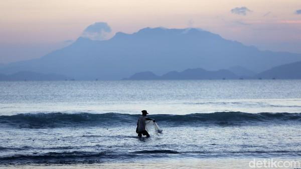 Pantai yang berada di Tarahan, Katibung, Kabupaten Lampung Selatan, ini kerap dikunjungi masyarakat di saat akhir pekan maupun libur panjang.
