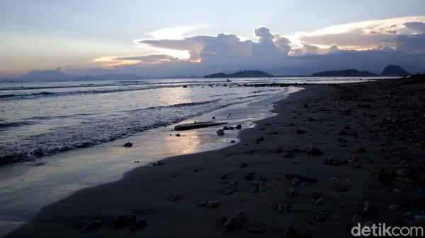 Pasalnya, pantai yang membentang sepanjang lebih kurang 3 km di Taharan ini dikenal dengan keindahan pasir putih dan deretan pecahan batu gunung yang rapi di bibir pantai. Selain itu, ombak di pantai ini pun tak terlalu besar karena berada di sekitar Teluk Lampung.