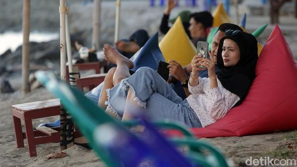 Tak hanya bermain air maupun pasir, para wisatawan kerap kali datang ke sana untuk melihat pemandangan matahari terbenam.