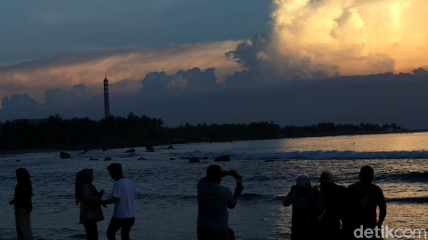 Saat matahari mulai terbenam, inilah momen yang paling ditunggu para pengunjung untuk membuat video maupun foto kenangan sunsetnya di pantai Sebalang.