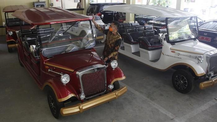 Sejumlah mobil listrik klasik menarik perhatian masyarakat di Solo. Diketahui, mobil listrik itu akan dioperasikan sebagai transportasi wisatawan di Kota Solo.
