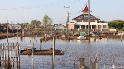 Penampakan Rumah dan Nisan Hampir Tenggelam di Bekasi