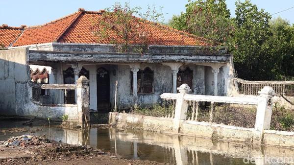 Isu Jakarta tenggelam memang telah mengemuka belakangan ini. Bukti nyata juga dapat dijumpai di pesisir paling Utara Kabupaten Bekasi, tepatnya di Desa Pantai Bahagia, Muara Gembong (Randy/detikTravel)