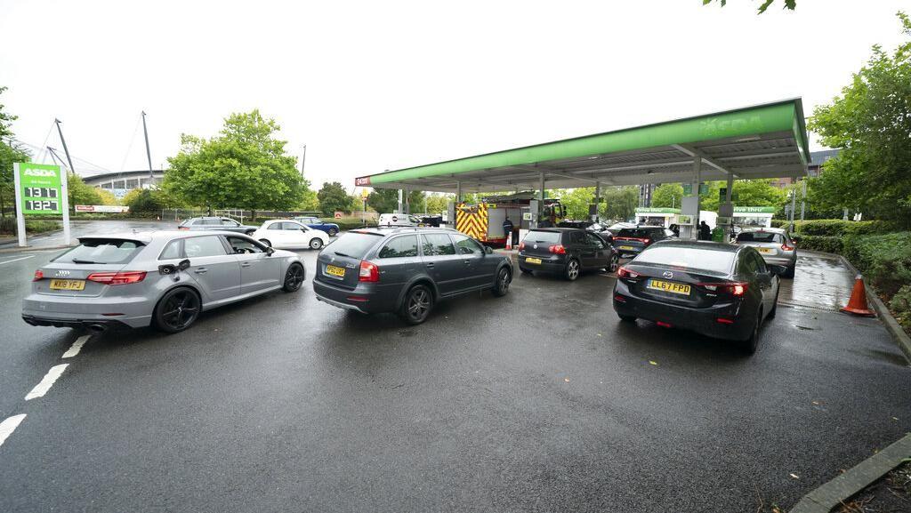 Krisis BBM di Inggris Bikin Kacau, Orang Nekat Curi Bensin di Mobil Parkir!
