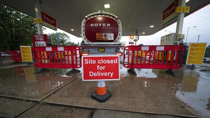 Krisis BBM tengah melanda Inggris. Kondisi itu membuat antrean kendaraan terjadi di SPBU yang masih memiliki stok BBM.