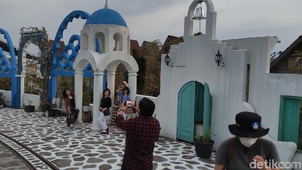 Sepintas melihat, bangunan putih dengan kubah biru itu pasti akan mengingatkan kita dengan Santorini di Yunani. Namun Anda keliru, ini bukanlah Santorini melainkan dusun Semilir di Semarang. (Angling Adhitya Purbaya/detikTravel)
