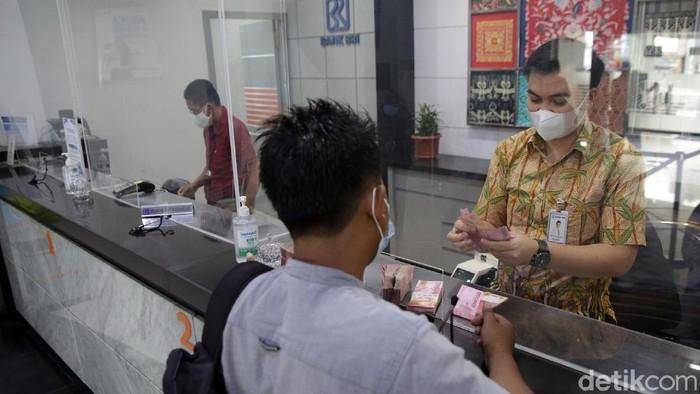 Bank BRI tetap beroperasi di tengah pandemi COVID-19. Guna cegah Corona, aktivitas di Kantor Cabang Bank BRI Bandar Jaya, Lampung Tengah, terapkan prokes ketat.