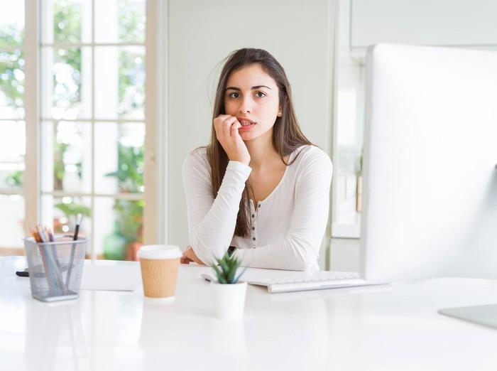 Ilustrasi wanita stres atau gigit kuku