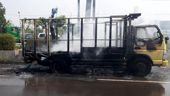 Truk bermuatan styrofoam ludes terbakar di depan SPBU Gilang, Sidoarjo, Jatim. Korsleting arus pendek dari mesin truk diduga menjadi penyebab kebakaran tersebut