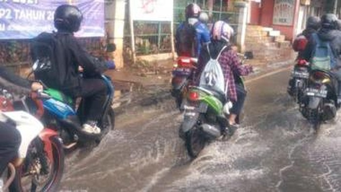 Jl Raya Bogor, di Kawasan Hek, Kramat Jati Jakarta Timur, terendam.