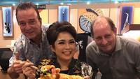 Joy Tobing Resmi Menikah, Ini Momennya Menyantap Korean BBQ hingga Pizza