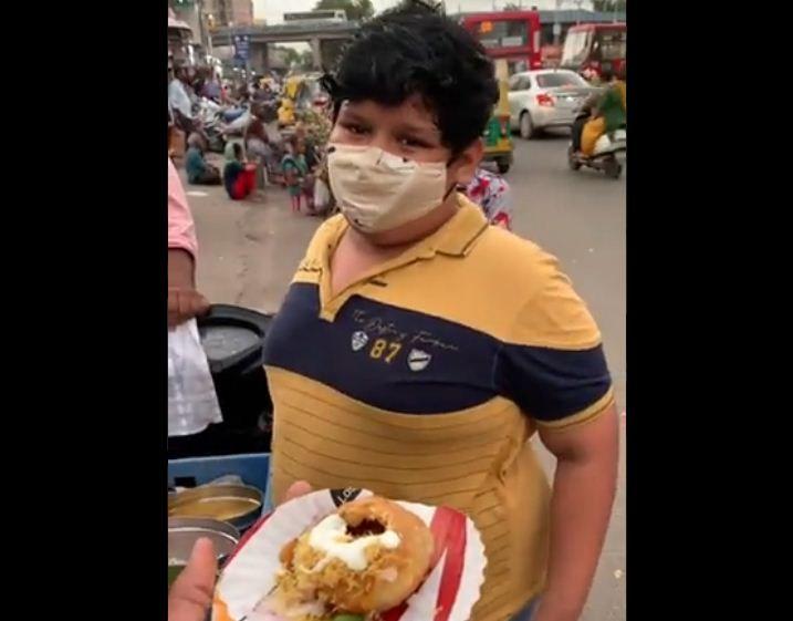 Jualan Makanan di Pinggir Jalan, Bocah Ini Dapat  Bantuan dari Food Blogger