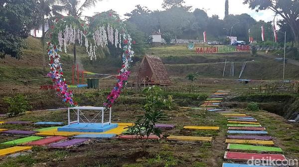 Berada di kompleks Kantor Gubernur Sulawesi Barat, kawasan wisata ini bernama Malaqbi Green Park.