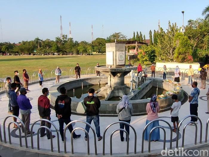 Kegiatan tumpengan dan kondisi Alun-alun Wates, Kulon Progo, DIY, setelah dibuka kembali pada Selasa (28/9/2021)