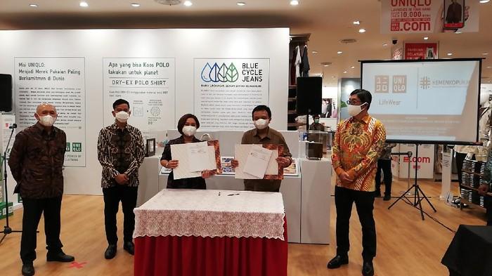 Kementerian Koperasi dan UKM menandatangani nota kesepahaman (MoU) dengan Uniqlo Indonesia dalam pengembangan UKM lokal melalui program Neighborhood.