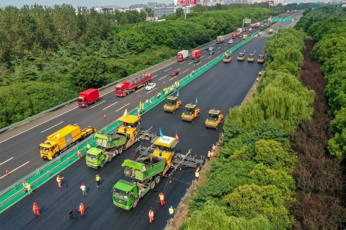 Kendaraan Konstruksi Tanpa Awak Perbaiki Jalan Tol di China