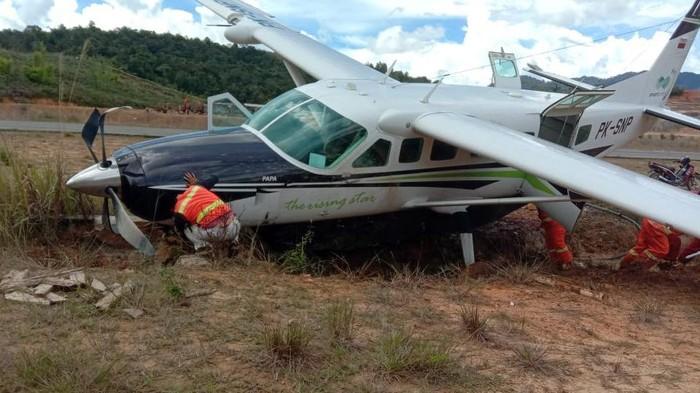 Pesawat Karavan Cargo bermuatan BBM Solar mengalami kecelakaan di Bandara Yuvai Semaring, Long Bawan. Diketahui kecelakaan terjadi pada Senin (27/9) kemarin.