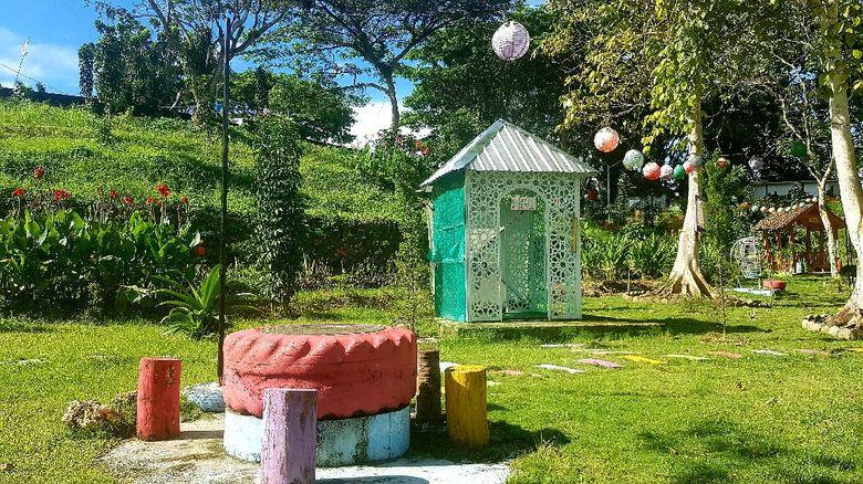 Kompleks kantor Gubernur Sulawesi Barat, memiliki kawasan wisata yang instagramable bernama Malaqbi Green Park.