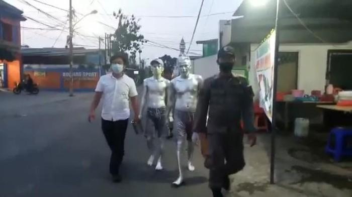 Petugas Satpol PP mengamankan belasan manusia silver di Tangsel. Dua di antaranya masih balita.
