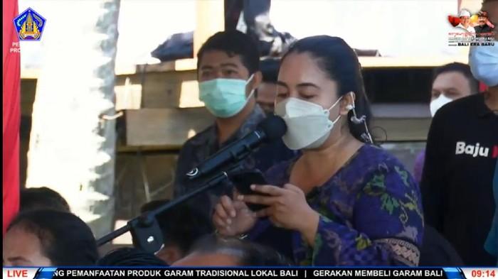 MC wanita tampil di acara Gubernur Bali Wayan Koster. (tangkapan layar siaran Youtube Pemprov Bali)