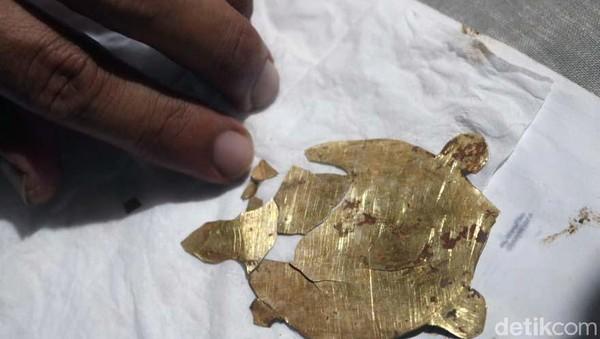 Lempengan berbentuk kura-kura dan berbahan emas ditemukan di dalam sumur Candi Tribhuwana Tunggadewi. Benda cagar budaya ini ditemukan terapit bata merah kuno di dalam sumur. Arkeolog BPCB Jatim Pahadi berpendapat, kura-kura berbahan emas ini sengaja dipasang pada zaman Majapahit untuk menjaga stabilitas bumi. Karena dalam mitologi Majapahit, kura-kura adalah binatang penyangga bumi. Saat ini, kura-kura emas tersebut disimpan di kantor BPCB Jatim.