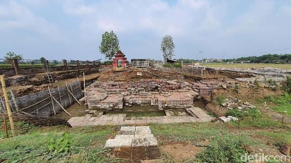 Candi Tribhuwana Tunggadewi menghadap ke barat. Arkeolog BPCB Jatim Pahadi menyebutkan, pintu masuk candi berada di sebelah barat. Ekskavasi tahap empat saat ini pihaknya menargetkan menggali bagian tangga candi yang berpotensi masih terkubur. Penggalian juga difokuskan di sisi barat candi untuk menemukan halaman dan pagar candi. Sehingga seluruh komponen candi bisa dinampakkan.