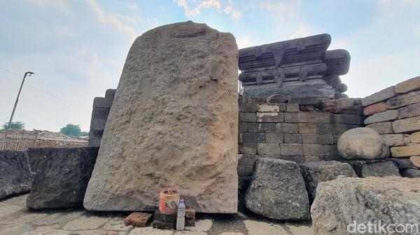 Sebuah arca besar berbahan batu andesit juga ditemukan di Situs Bhre Kahuripan. Arca ini tingginya lebih dari 2 meter, lebarnya 1,8 meter, tebalnya 25-30 cm. Sosok Arca ini masih menjadi misteri karena bagian mukanya rusak bekas dipahat. Arkeolog BPCB Jatim Pahadi menduga arca ini berbentuk Harihara, gabungan Dewa Siwa dan Dewa Wisnu. Hipotesis tersebut berdasarkan sisa-sisa pecahan arca yang ditemukan selama ekskavasi.