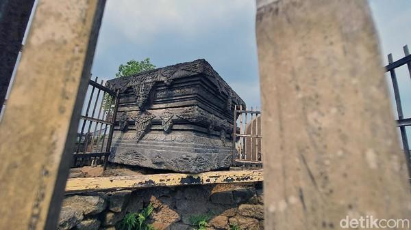 Batu Yoni terletak di bagian atas Candi Tribhuwana Tunggadewi. Batu sarat ukiran ini mempunyai dimensi 191x184x121 cm.